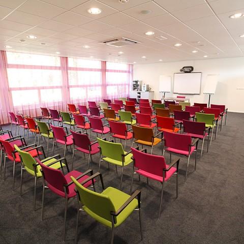 Projectstoffering in Doorn entree met PVC stroken en vergaderzalen met tapijttegels en gordijnen.